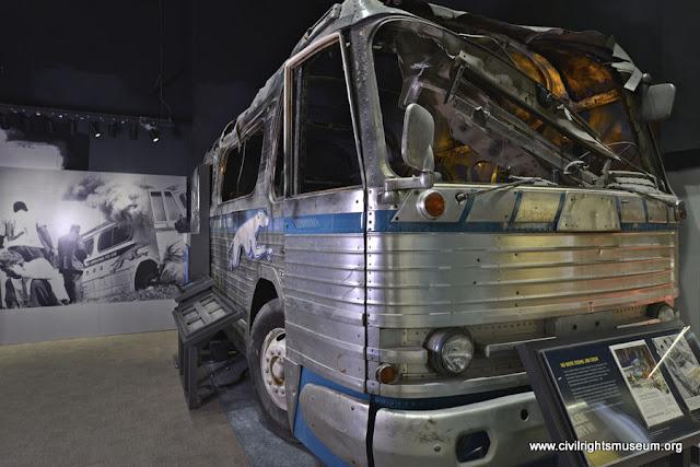 Réplica de ônibus dos Viajantes da Liberdade incendiado exibida no Museu Nacional dos Direitos Civis
