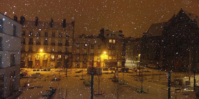Le soir du 9 Février... Voilà la neige qui tombe en abondance sur la Place Saint-Germain !
