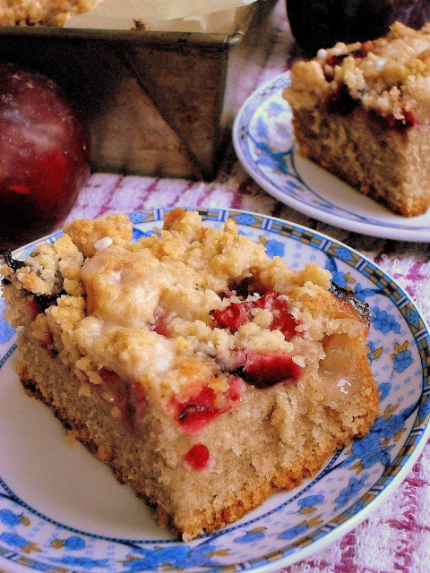 Cynamonowe ciasto ze śliwkami i kruszonką przepis