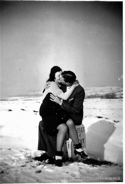 Photo ancienne en noir et blanc : le baiser.