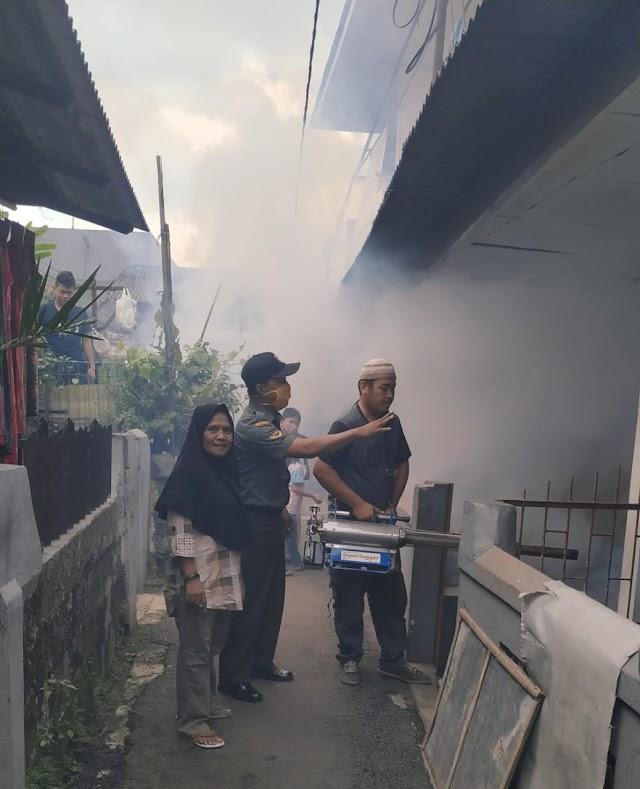 Perangi DBD, Babinsa Bojong Pondok Terong Bersama Warga Lakukan Fogging
