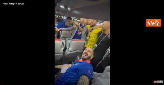 Italia Campione, la Nazionale canta l'Inno di Mameli in aereo