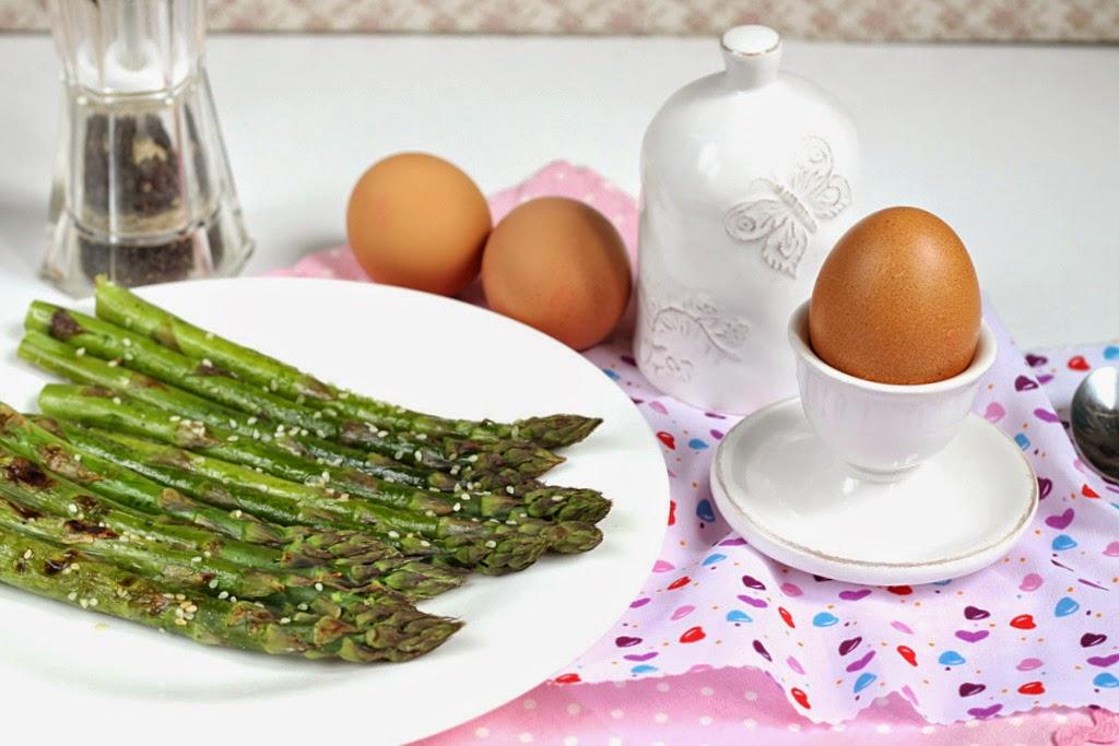 jajka na miękko, szparagi, jak przygotować szparagi, zielone szparagi,