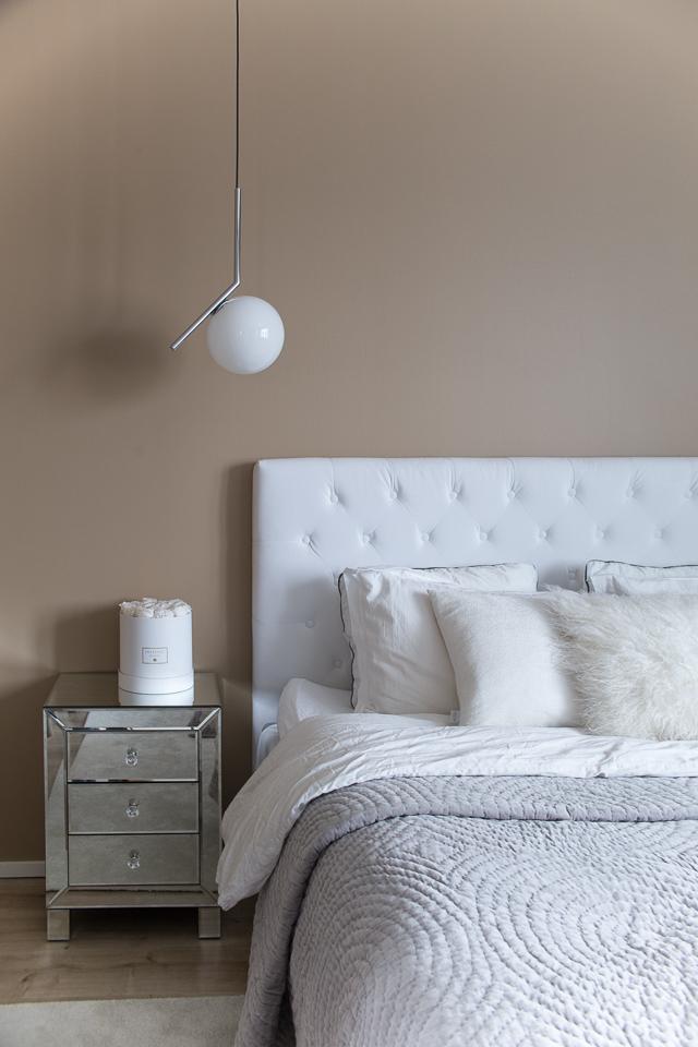 Villa H, sisustus, makuuhuoneen sisustus, seesteinen tunnelma, rauhalliset sävyt