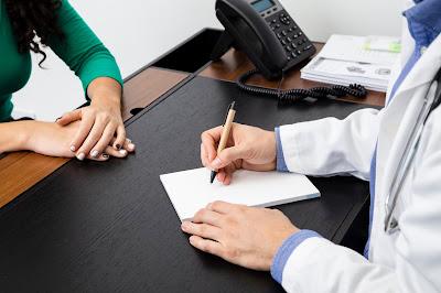 Doctor con una paciente