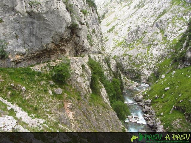 Camino labrado en roca de la antigua senda