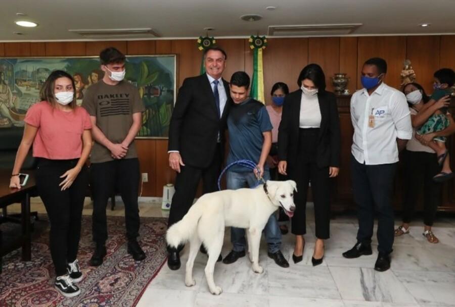 """Bolsonaro devolve cão que fugiu e dono retribui: """"Sou muito grato ao presidente"""""""