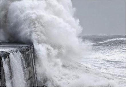 Θυελλώδεις άνεμοι επιπέδου τυφώνα χτυπούν την Ισλανδία