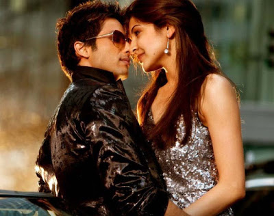 Bollywood-actor-Shahid-Kapoor-Kiss-With-The-Hottest-actress-anuskha