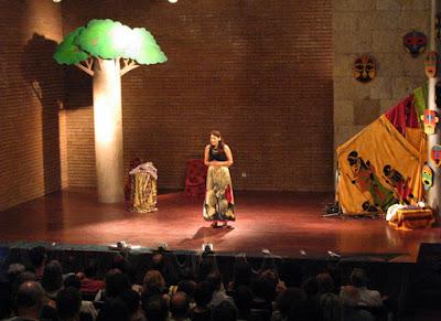 Clara Haddad, contadora de hstórias no palco do festival um POrto de Contos