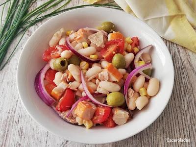 Ensalada de judías blancas con palitos de cangrejo y atún