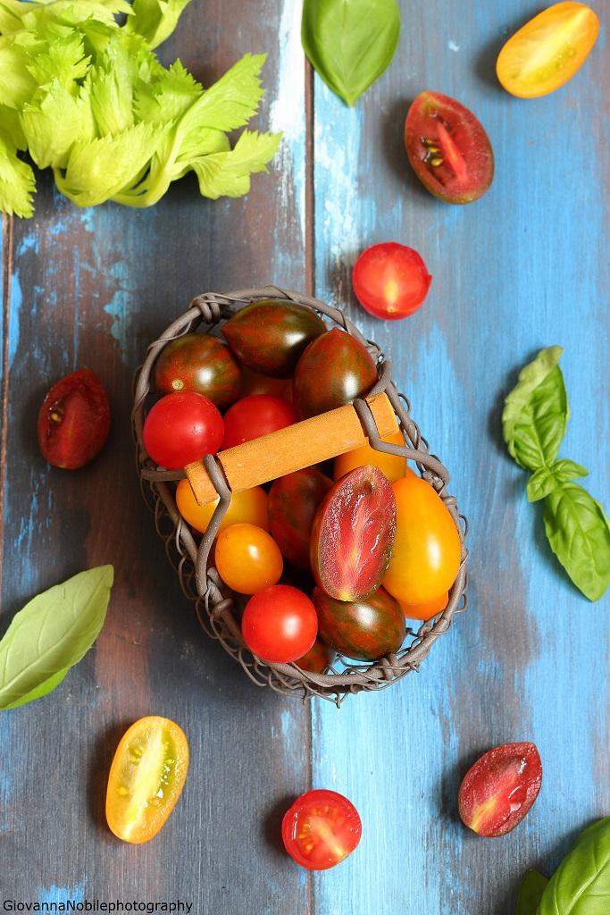 Pomodori datterini per il riso Venere con fagioli e carote