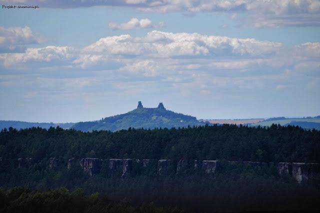Widok na zamek Trosky i skalne miasto Klokočí