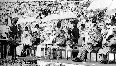 Sejarah Malaysia   Malaysia merupakan salah satu negara di Asia Tenggara yang berdekatan dengan Indonesia. Malaysia dibentuk pada tahun 1963 yang merupakan salah satu dari koloni Inggris. Pada saat itu, Federasi Malaya yang terdiri dari 11 negara mencapai kemerdekaan pada tahun 1957, terkecuali Singapura yang telah memiliki pemerintahan sendiri sejak tahun 1959 dan dua wilayah di barat laut Kalimantan (Sabah dan Serawak, yang kemudian dikenal dengan Borneo Utara) pada tahun 1960. Perdana Menteri Malaysia saat itu, Tuanku Abdul Rahman mengambil inisiatif untuk menjalin kerjasama ekonomi dan politik dengan Singapura, Borneo Utara, Brunei, dan Serawak.   Ternyata inisiatif tersebut diterima dengan baik. Pada saat itu perekonomian meningkat dengan tajam. Penduduk Singapura yang didominasi oleh masyarakat Cina ternyata membawa dampak yang positif bagi kegiatan perekonomian Malaya. Sejak itu wilayah - wilayah yang telah bekerjasama tersebut hendak disatukan menjadi satu negara Malaya. Namun gerakan penyatuan beberapa negara tersebut tidak berjalan dengan lancar. Rakyat Brunei menghendaki penyatuan 3 wilayah di Kalimantan bersatu di bawah pemerintahan Sultan Brunei. Hal ini lah yang membuat Brunei menarik diri dari keinginan awalnya untuk bergabung melebur menjadu satu dengan Malaysia. Begitu juga dengan Singapura. Negara yang memutuskan untuk keluar dari federasi pad
