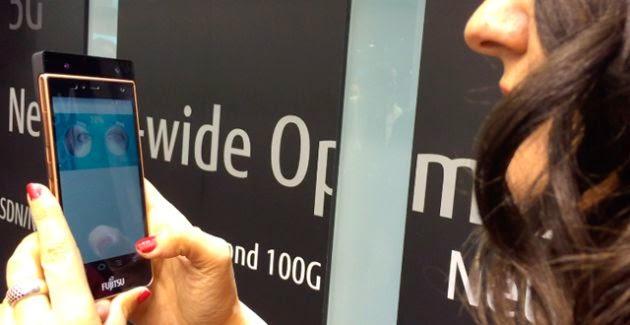 Smartphone con lector de iris Fujitsu
