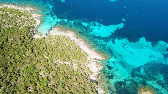 Η παραλία της Ελλάδας που βρίσκεται μέσα σε κρατήρα