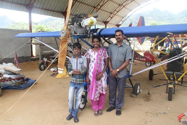 Saji Thomas posa junto a su mujer e hijo y la avioneta construida detrás