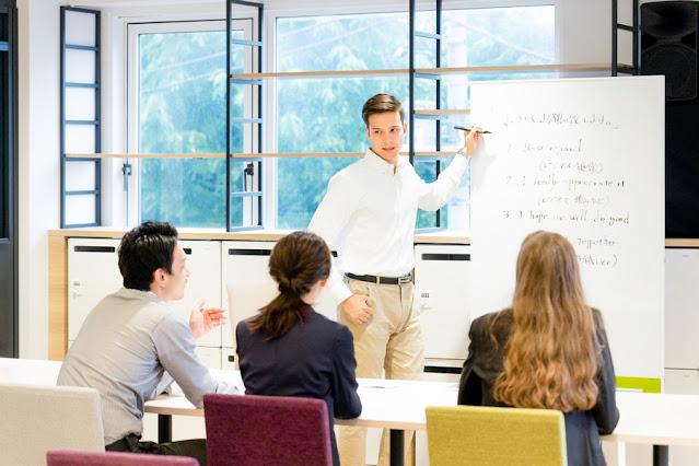 Ainda conforme a pesquisa, a falta de tempo para aprender um novo idioma e o custo dos cursos são apontados como principais barreiras para não aprender Inglês. Saber dominar a língua inglesa influencia no salário.