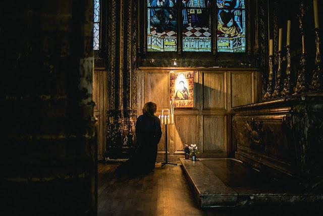 kobieta-sie-modli
