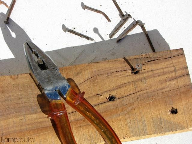 Καθαρίζουμε τα ξύλα της παλέτας από τις πρόκες.