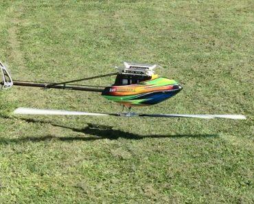 Cet homme contrôle un hélicoptère téléguidé comme pro! C'est impressionnant !