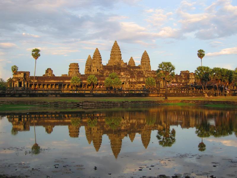 bangunan ini terletak di antara timur utara ibukota kerajaan khmer angkor dan dirikan oleh raja jayavarman pembangunannya memakan waktu sekitar 30