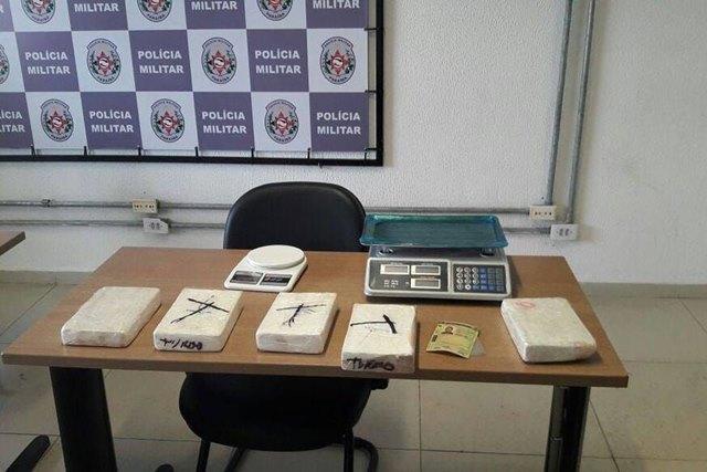 Jogador de futebol é preso suspeito de tráfico de drogas, na Paraíba