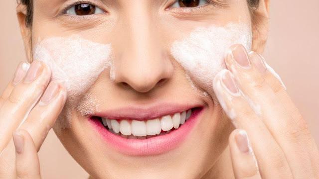 wanita membersihkan wajah dengan pembersih makeup nivea