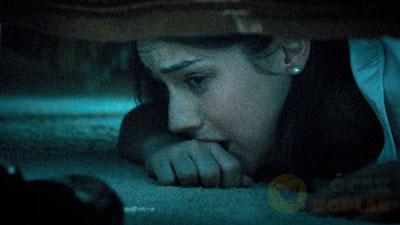 Menguji Kesetiaan Suami, bersembunyi di kolong tempat tidur