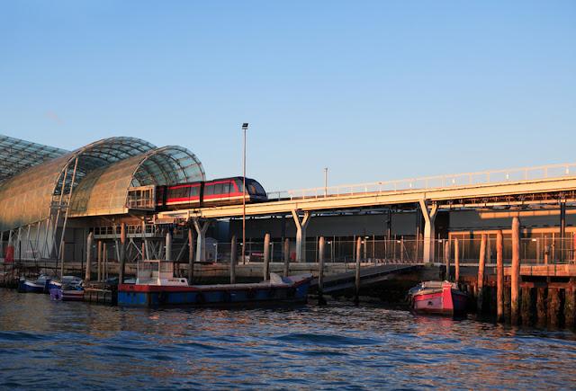Trem saindo da estação em Veneza na Itália