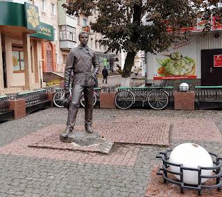 Прилуки. Вул. Київська. Пам'ятник В. І. Маслову, брату С. І. Маслова, біля краєзнавчого музею