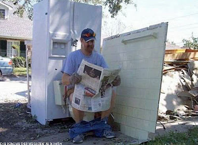 Lustige Klo Bilder - Mann mit Zeitung im Freien