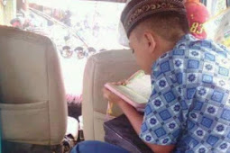 Masya Alloh, Saat Yang Lain Main Gadget, Bocah Yang Naik Angkot Ini Justru Lebih Pilih Baca Al Qur'an
