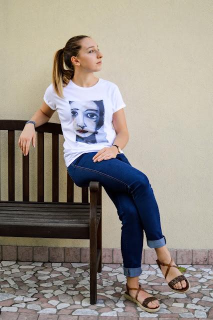 maglietta a manica corta con stampato con volto di donna dipinto da Anna Bello