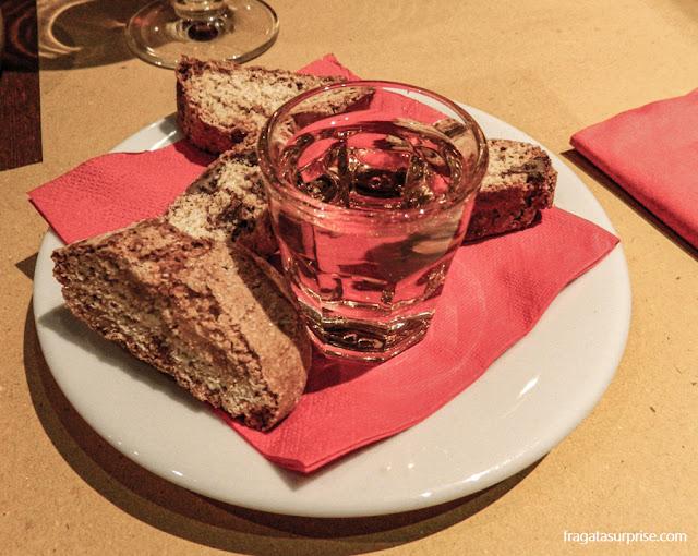 Sobremesa típica de Florença: cantucci e vin santo
