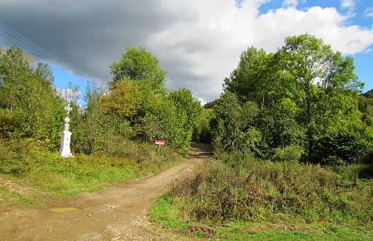Rozstaj szlaków w Duszatynie przy którym stoi kapliczka z żeliwnym krzyżem z 1894 roku