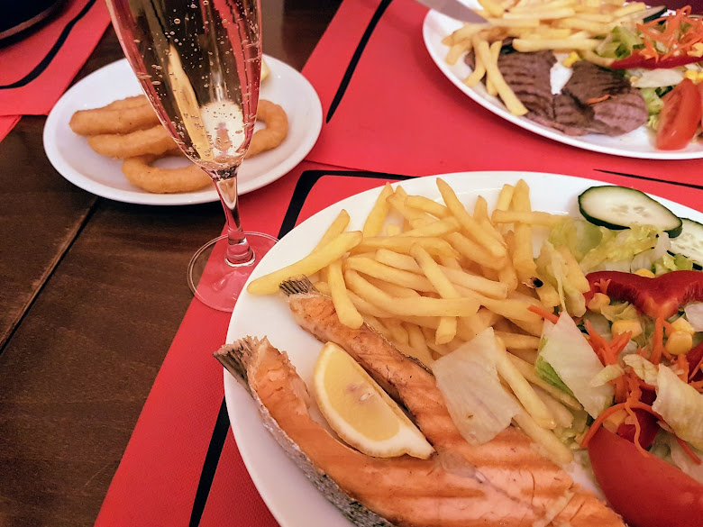 鮭魚午餐套餐,薯條沙拉幾乎是必備