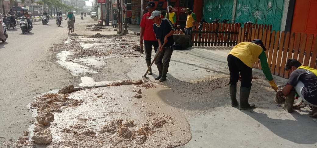 Antisipasi Banjir, Dinas PUPR Asahan Bersihan Saluran Air Secara Bertahap