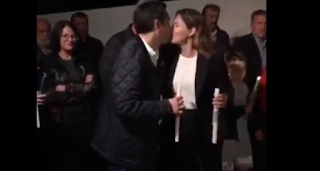 Το «φιλί της αγάπης» του Αλέξη Τσίπρα στην Περιστέρα Μπαζιάνα για το «Χριστός Ανέστη» - Δείτε βίντεο