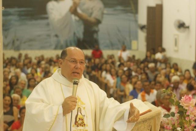 Padre Miguel Júnior celebra missa na sexta noite de festejos para Santa Teresinha em Elesbão Veloso; saúde, comércio e funerárias são homenageados.
