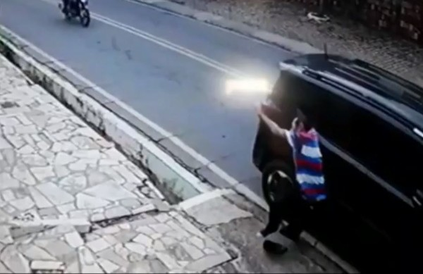 Pedestre é atropelado pelas costas ao caminhar por avenida sem calçada no Ceará