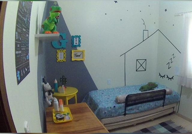 parede geométrica,  cama com casinha