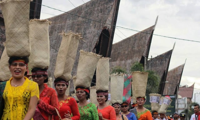 Parade Tandok Meriahkan Pembukaan Festival Danau Toba 2017
