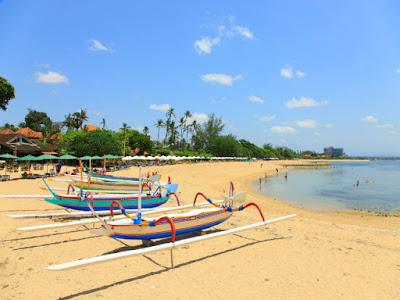 Hamparan pantai yang luas dengan beberapa perahu di Pantai Sanur Bali