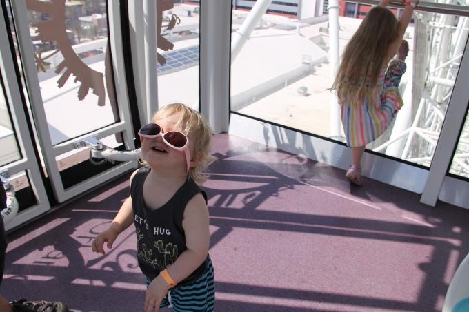 Lasten kanssa matkatessa häviää tavaroita, kuten kuvan aurinkolasit. Kuva otettu Orlando Eyessä.