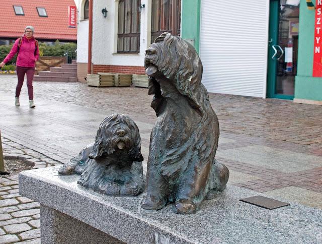 ławeczka poświęcona psom, rzeźba Łeba