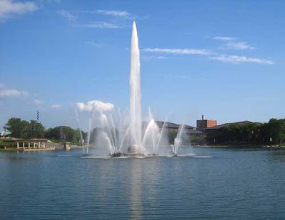 Large fountain in the middle of a man-made lake