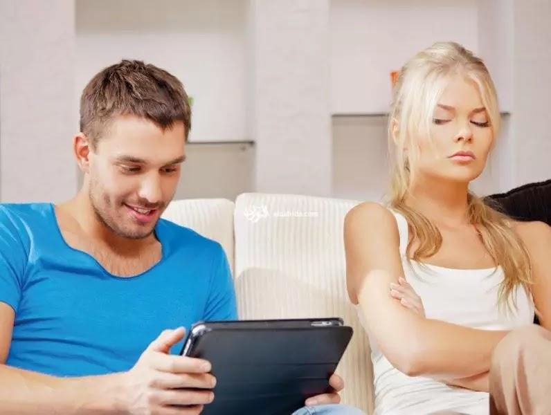 الخيانة الإلكترونية مناقشة الزوج لمواضيع جنسية مع امرأة عبر شبكة الإنترنت، يخول للزوجة المتضررة طلب التعويض نعم