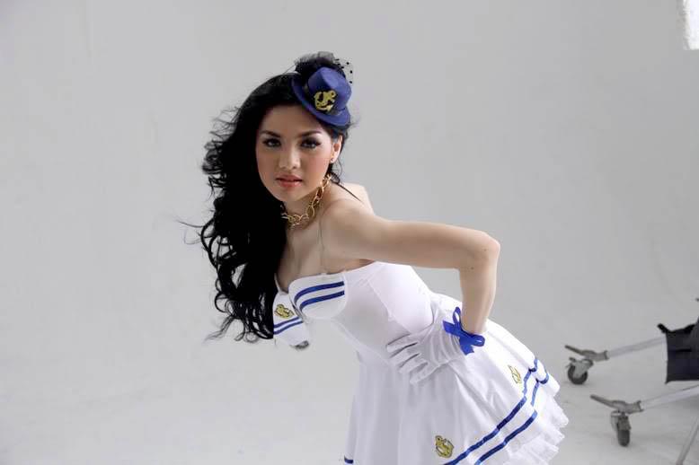 JINAK JINAK MERPATI: Model Seksi Vicky Shu