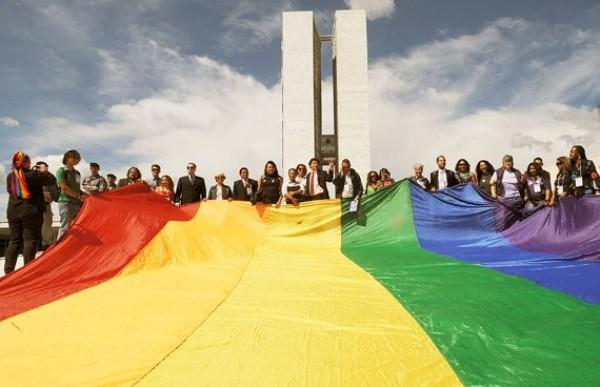 Ativistas LGBT apresenta projeto de lei no Senado que criminaliza LGBTfobia